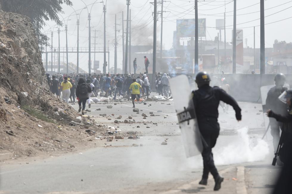 Violencia. La Policía hizo retroceder a infiltrados que intentaron destruir bloques de concreto.