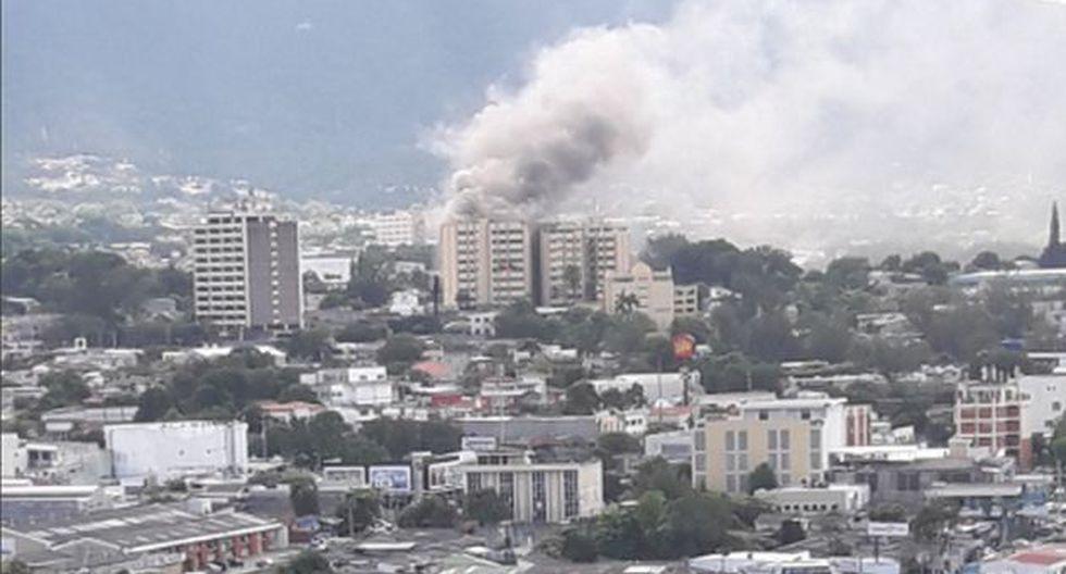 Incendio se registra en edificio del Ministerio de Hacienda de El Salvador. (Twitter: @BomberosES)