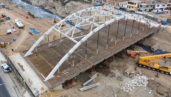 El puente contará con dos carriles para cada sentido, berma central y veredas, señalización vertical y horizontal, áreas verdes, así como un enrocado de protección de ambos lados del río Rímac para evitar la socavación.