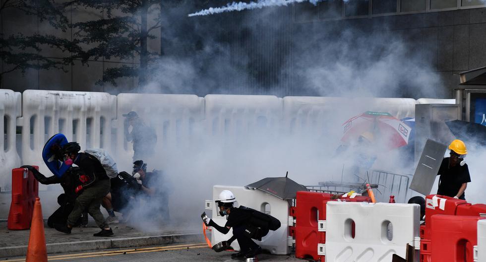 La policía intenta desalojar a activistas radicales que bloquean una autopista urbana en el barrio popular de Wong Tai Sin. (Fuente: AFP)