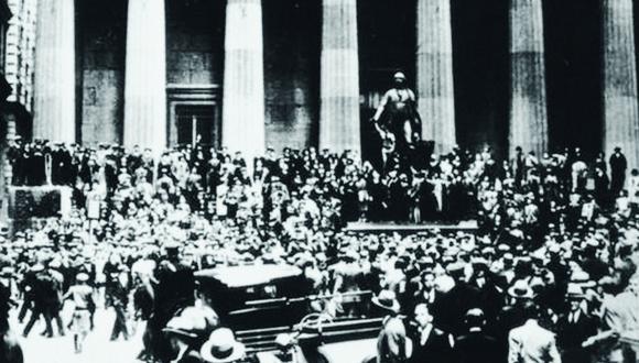 Una multitud frente a la Bolsa de Valores de Nueva York. El pánico se apoderó de las calles. (Foto: Getty)