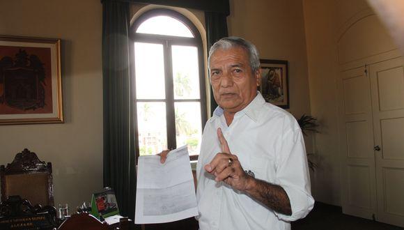 Elidio Espinoza recibe duras críticas de los candidatos a la alcaldía.