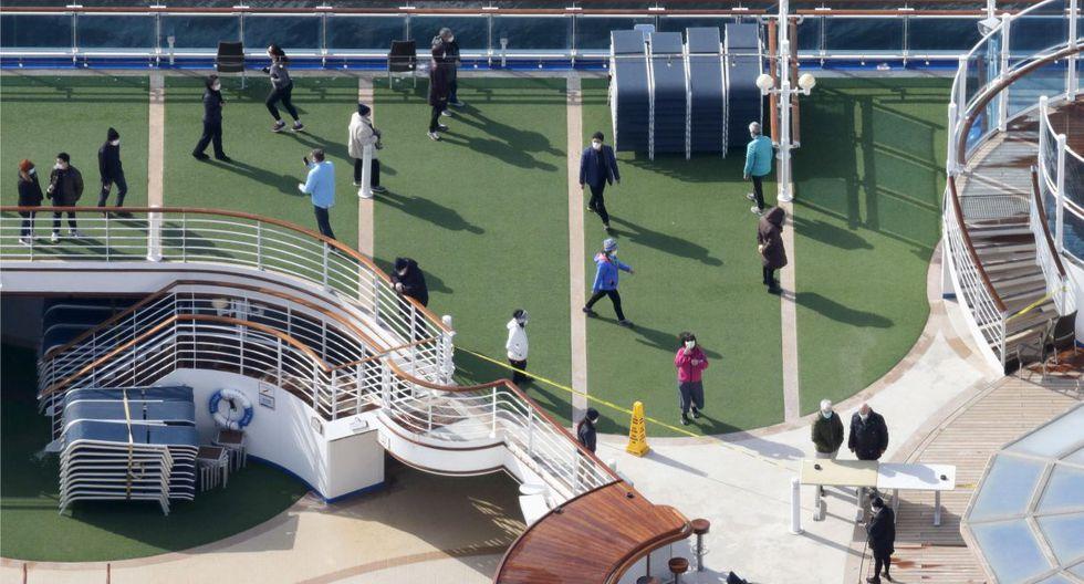 Una gran cantidad de pasajeros son vistos en la cubierta del Diamond Princess. Entre los contagiados, no se incluye a un ciudadano de Hong Kong que viajaba también en el crucero y desembarcó en esa región autónoma china. (AP).