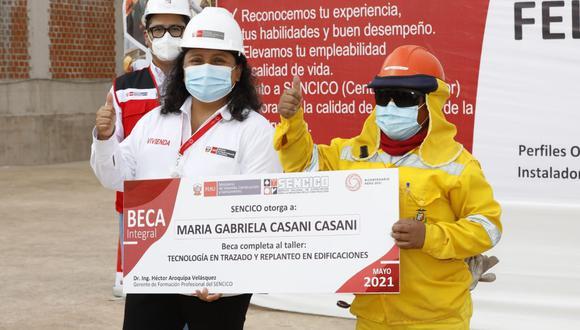 La ministra de Vivienda y Construcción, Solangel Fernández, entregó el certificado a María Gabriela Casani Casani, la primera mujer experta en fierrería de la región Moquegua.