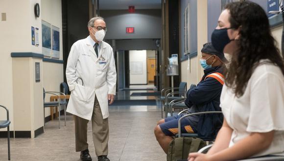 En esta imagen, cortesía del Sistema de Salud Henry Ford, el Dr. Marcus Zervos, jefe de División de Enfermedades Infecciosas del Sistema de Salud Henry Ford, saluda a los voluntarios que recibirán la candidata a vacuna de Moderna. (Henry Ford Health System / AFP)