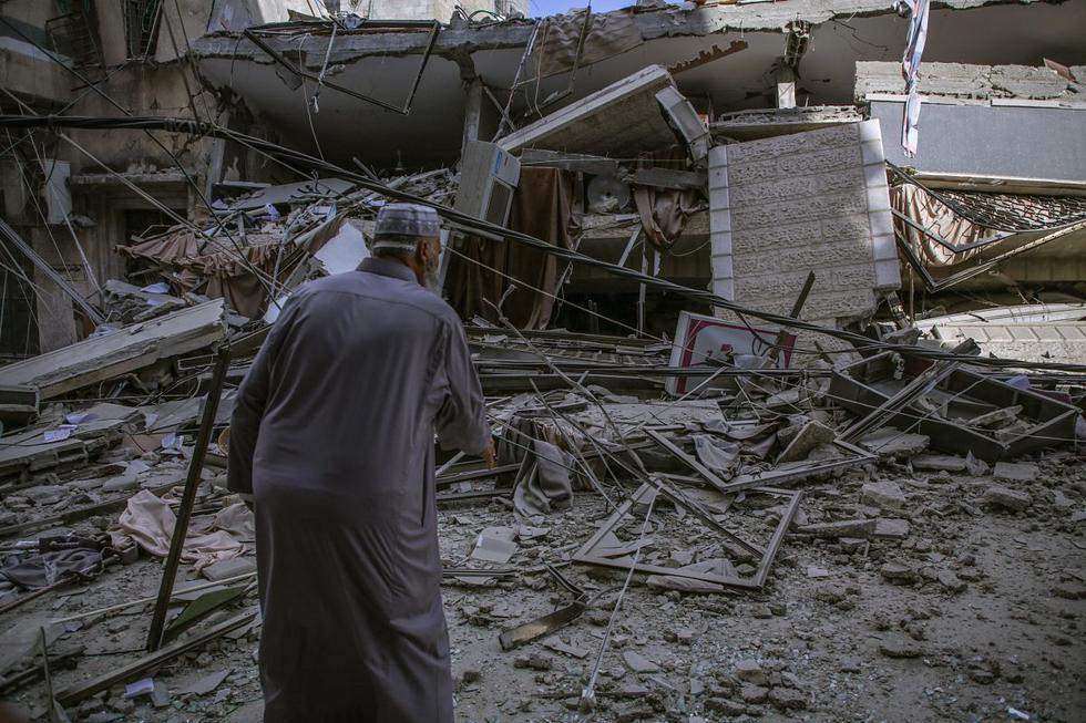 Un palestino observa los destrozos en la vivienda de la familia Al-Turk después de un ataque aéreo israelí, en Gaza, el jueves 13 de mayo de 2021. (EFE/ Haitham Imad)-