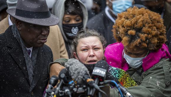 Katie Wright, madre de Daunte Wright, junto al abogado de la familia George Floyd, Ben Crump, hablan durante una conferencia de prensa en el Centro de Gobierno del Condado de Hennepin en Minneapolis, Minnesota. (Kerem Yucel / AFP)