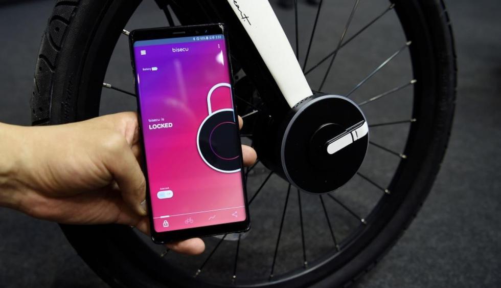 Un equipo de ingenieros surcoreanos desarrolló un pequeño aparato circular que se instala en la rueda delantera y está conectado con el smartphone del usuario via Bluetooth. (AFP)