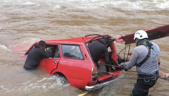 Junín:  la unidad de emergencia de Huancayo ingresó esta mañana al caudaloso afluente a bordo de un bote zodiac. (Foto: PNP)