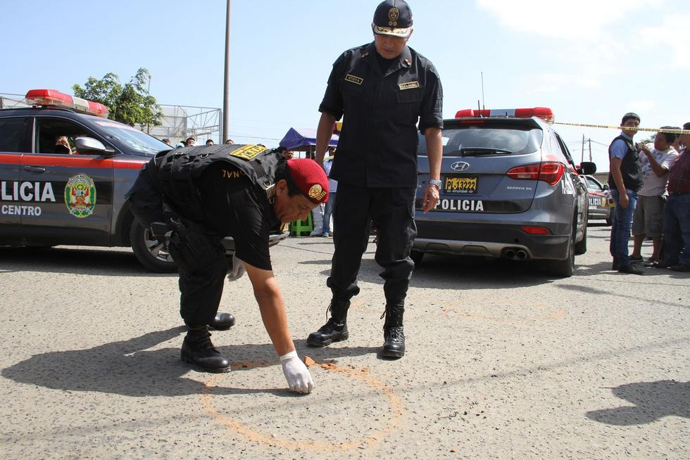 Los hampones le dispararon dos tiros a quemarropa al comerciante porque se intentó resistirse al atraco. (Foto: Alan Benites)