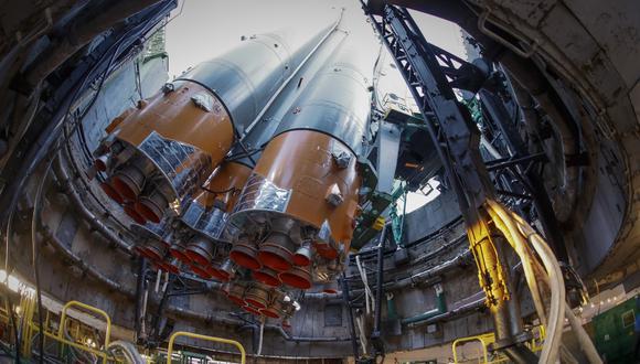 Vista de los trabajos de instalación de lanzadera de una nave tripulada rusa. (Foto: EFE)