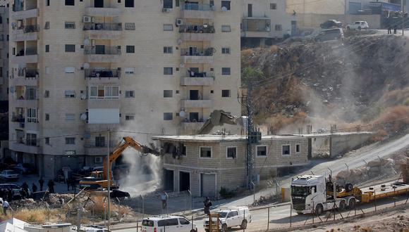Decenas de militares y policías israelíes rodearon al menos cuatro edificios en la zona de Sur Baher y una excavadora empezó a demoler un edificio de dos pisos, relató el periodista. (Foto: AFP)