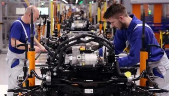 Ensamblaje de un chasis del coche eléctrico en la fábrica Volkswagen de Zwickau, Alemania, el 25 de febrero de 2020. (Foto: AFP)