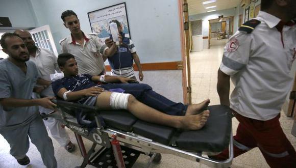 Paramédicos palestinos presionan a un joven, que resultó herido durante enfrentamientos cerca de la frontera con Israel, mientras se encuentra en una camilla en un hospital en Khan Yunis en el sur de la Franja de Gaza. (Foto: AFP)