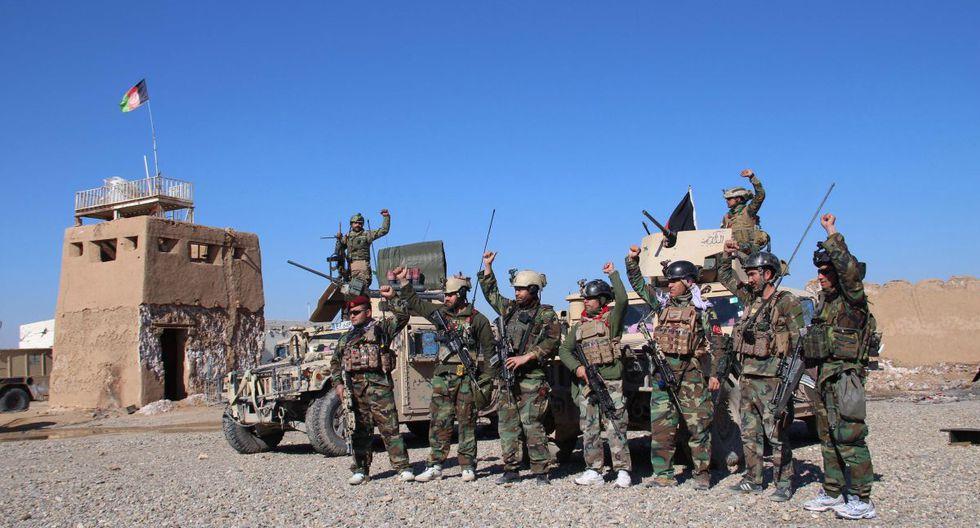 Soldados del ejército afgano controlan un puesto de control en Helmand, Afganistán. (EFE).