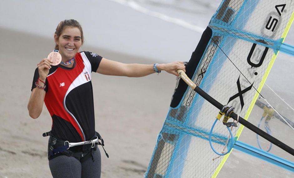 María Belén Bazo logró la medalla de bronce en la categoría de tabla vela femenina (windsurf). (Fotos: César Campos).