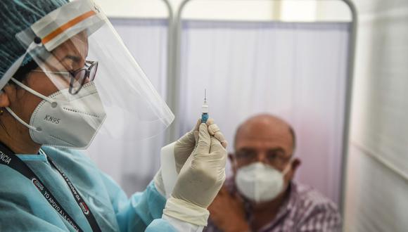 Violeta Bermúdez señaló que el Gobierno estima culminar el proceso de vacunación contra el coronavirus a toda la población para fines del 2021.(Foto: Ernesto Benavides/AFP)