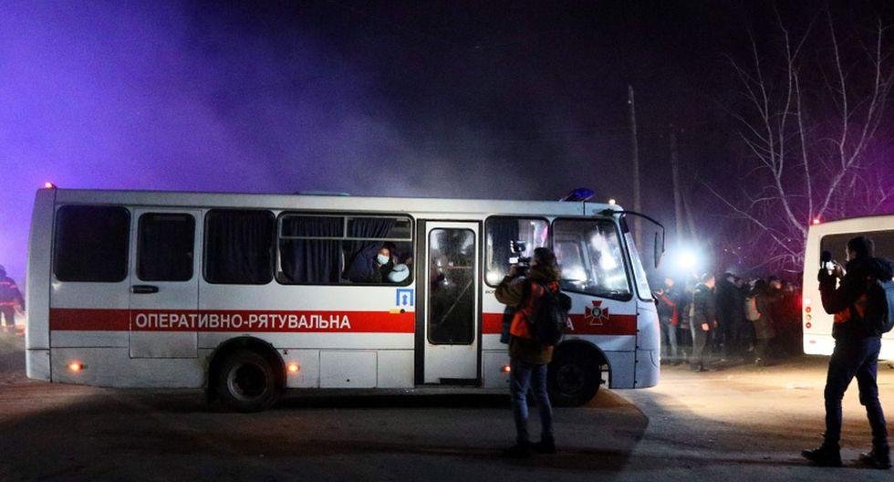 Tras horas de violencia, los autobuses con los evacuados finalmente pudieron llegar al lugar designado para la cuarentena. (AFP).