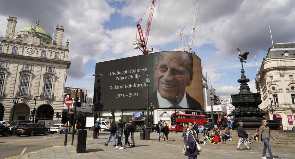 La cartelera electrónica en Piccadilly Circus muestra un homenaje al príncipe Felipe, duque de Edimburgo, en el centro de Londres, el 9 de abril de 2021. (AFP).