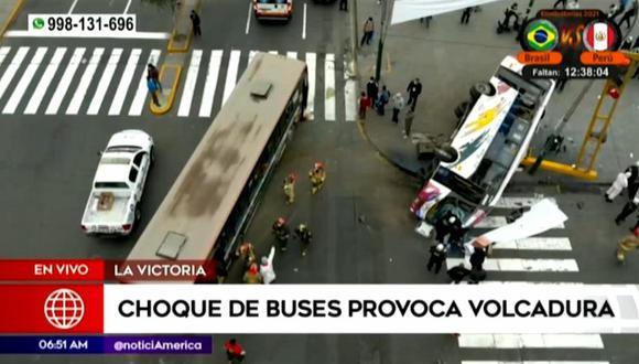 Choque de buses deja varios heridos esta mañana en La Victoria. (Captura: América Noticias)