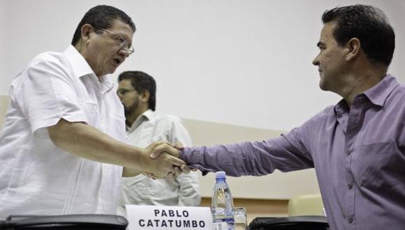 CERRADO. Pablo Catatumbo (izquierda), de las FARC, saluda a delegado del Gobierno colombiano. (Reuters)