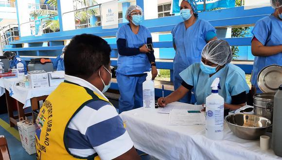 Personal de salud a la espera de más personas en uno de los vacunatorios de Madre de Dios. (Foto: Diresa Madre de Dios)