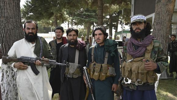 Los combatientes talibanes montan guardia dentro del aeropuerto de Kabul el 31 de agosto de 2021, después de que Estados Unidos retirara todas sus tropas del país para poner fin a una brutal guerra de 20 años, que comenzó y terminó con el islamista de línea dura en el poder. (Foto de WAKIL KOHSAR / AFP)
