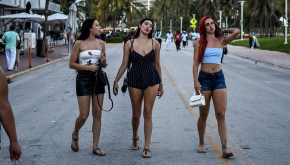 El decreto de DeSantis autoriza la apertura de bares y restaurantes al 100 por 100 de su capacidad y prohíbe sancionar a quien no use mascarillas, medidas en contradicción con las que imperaban en el condado de Miami-Dade y en su vecino Broward, que son los más afectados por la pandemia en Florida. (Foto: CHANDAN KHANNA / AFP)