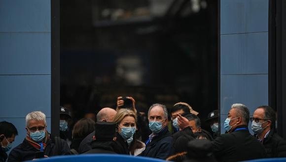 Miembros del equipo de la Organización Mundial de la Salud (OMS), que investigan los orígenes del coronavirus COVID-19, visitan el mercado mayorista cerrado de Huanan, en Wuhan, en China. (Hector RETAMAL / AFP).