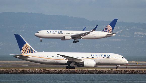 El joven terminó siendo esposado y escoltado fuera del avión. (Reuters)