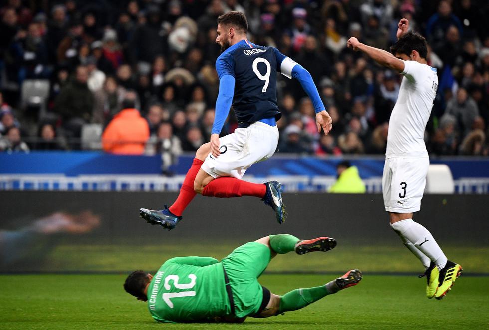 Uruguay cayó 1-0 ante Francia y cierra este 2018 con dos derrotas consecutivas (AFP)