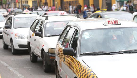 El 70% de los conductores que hace taxi no es dueño del vehículo, lo alquila. La falta de información hace que las instituciones financieras tradicionales ignoren este mercado, señala la empresa de leasing vehicular Leasy. Foto: ROLLY REYNA / EL COMERCIO PERU