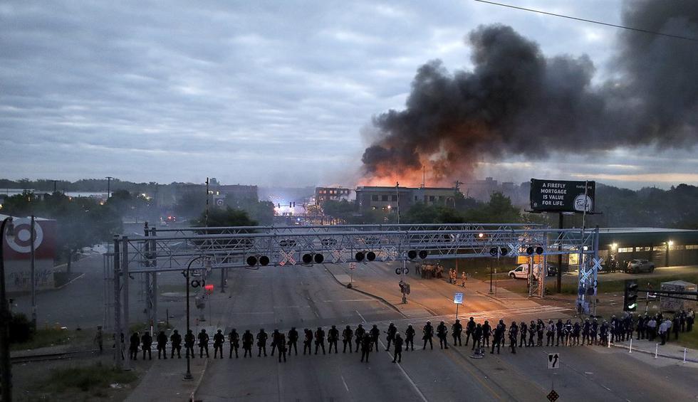 Los agentes de la ley se congregaron a lo largo de Lake Street, cerca de la avenida Hiawatha en Minneapolis, tras una noche de disturbios y protestas por la muerte de George Floyd. (David Joles/Star Tribune/AP).