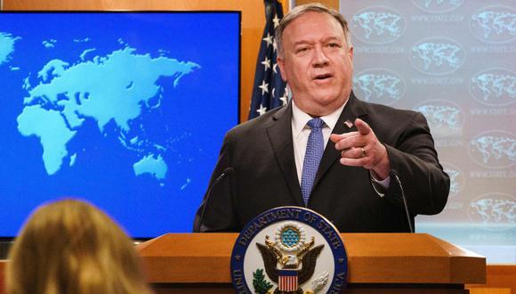 El secretario de Estado de los Estados Unidos, Mike Pompeo, hace un gesto hacia un reportero mientras habla sobre el recuento de votos en las elecciones estadounidenses durante una sesión informativa, el 10 de noviembre de 2020, en el Departamento de Estado en Washington, DC. (AFP/Jacquelyn Martin).