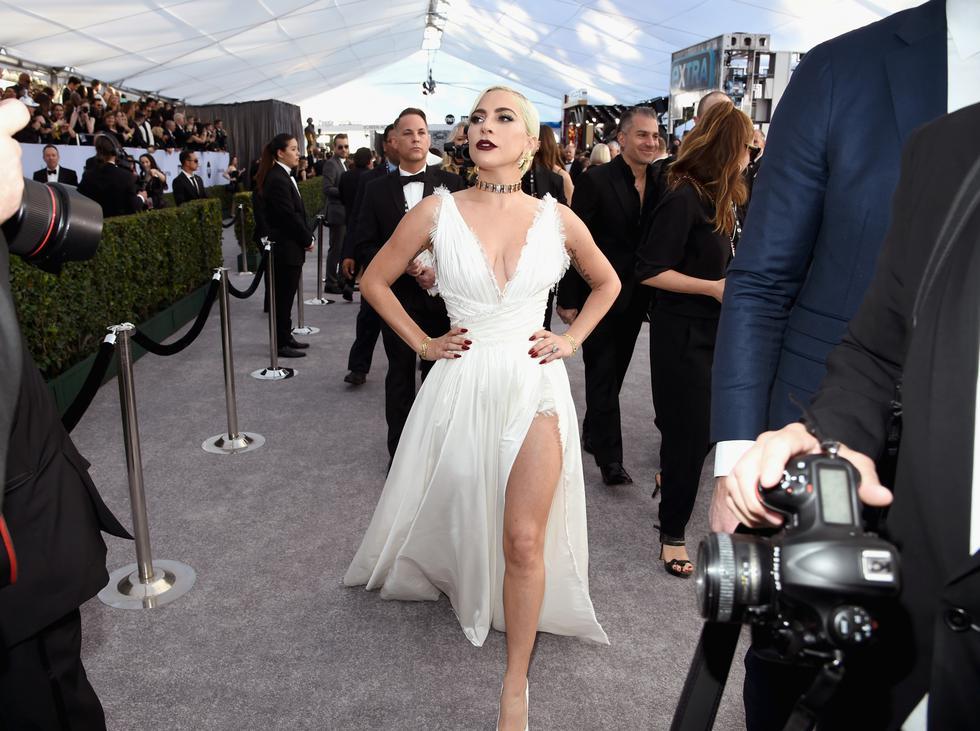 Lady Gaga llegó con un bello vestido blanco y captó la atención de todos los presentes en los SAG Awards 2019. (Foto: AFP)