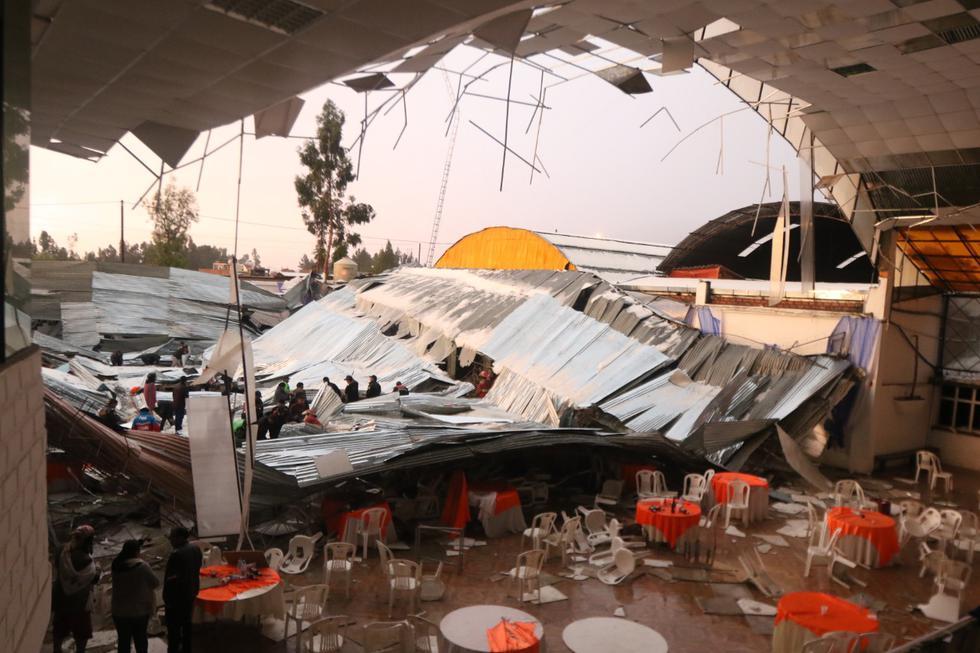 """El techo de metal del salón de recepciones """"Dos estrellas"""" se desplomó por la fuerte lluvia y la granizada que soportó la ciudad durante 20 minutos.  Fotos: Jefhryn Sedano"""