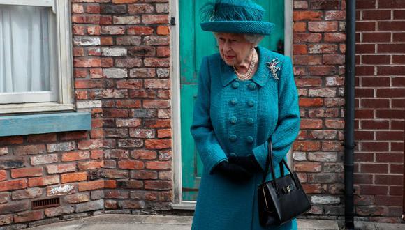 Los bolsos de Isabel II del Reino Unido tienen un uso más importante que el de combinar un look o llevar algún accesorio. (Foto: AFP)