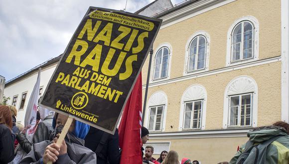 Manifestantes se reúnen afuera de la casa donde nació Adolf Hitler durante la protesta antinazi en Braunau Am Inn, Austria, en abril de 2015. (Foto: AFP/Archivo)