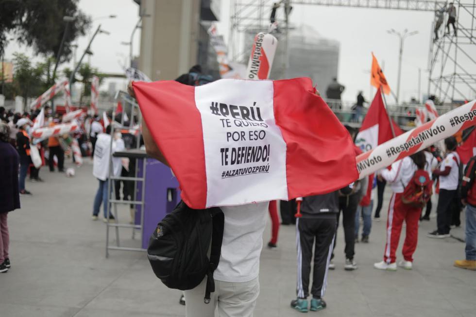 Con banderolas y pancartas, los simpatizantes expresan su apoyo a la lideresa fujimorista. (Giancarlo Ávila/GEC)