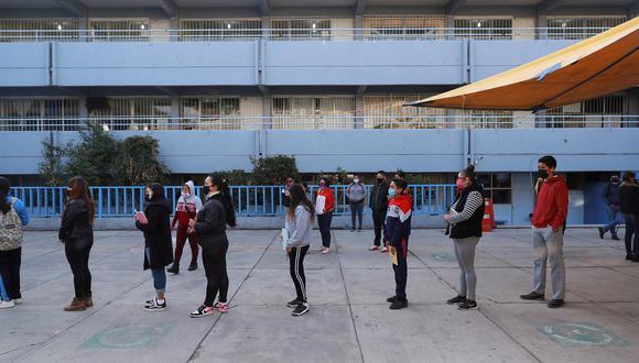 Estudiantes de nivel secundaria se forman para ingresar a sus aulas, en una escuela en la Ciudad de México. EFE/Carlos Ramírez