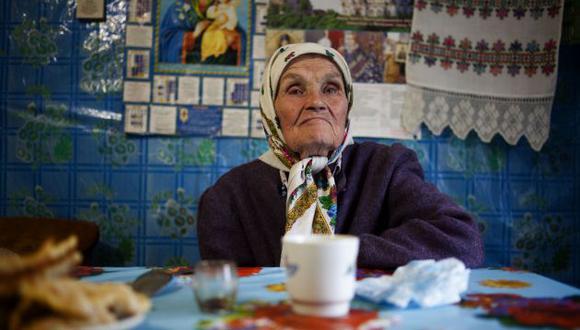 María Shovkuta continúa viviendo en un pueblo muy cercano a la planta central en donde ocurrió la catástrofe de Chernóbil (New York Times).