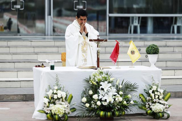 Misa de honras en Comas en homenaje a las víctimas del COVID-19 en ese distrito. (Foto: Miguel Yovera /@photo.gec)