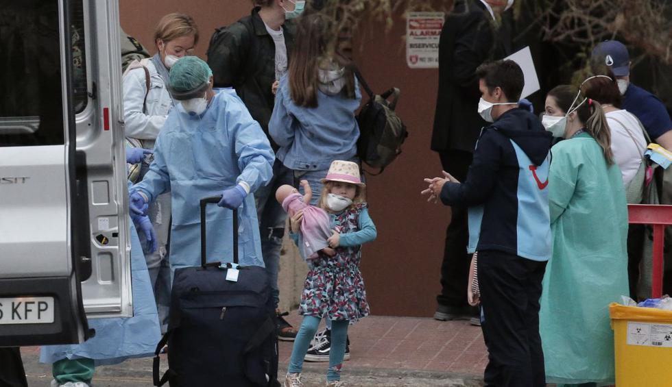 Los primeros turistas autorizados por los responsables sanitarios han comenzado a salir del hotel de la isla atlántica de Tenerife en España donde permanecían aislados por el coronavirus. (AP).