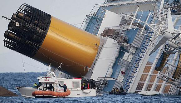 Autoridades italianas redujeron a 17 el número de personas desaparecidas en el naufragio. (AP)