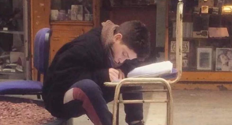 Angelo tiene 12 años y suele estudiar en la calle, después del colegio, mientras espera a sus padres, que son vendedores ambulantes. (Facebook)