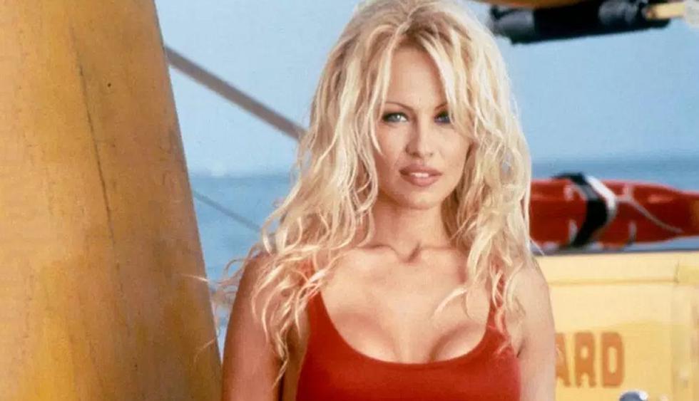 La modelo Pamela Anderson fue captada alentando a la selección de Francia en el Mundial Rusia 2018.