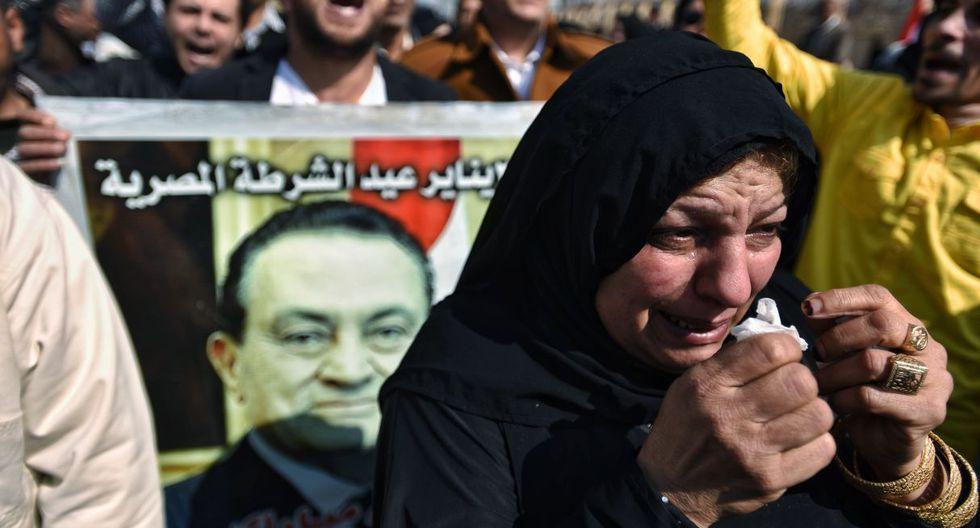 La gente se reúne fuera de la mezquita El-Mosheer Tantawy, donde tendrá lugar el funeral del fallecido ex presidente egipcio Hosni Mubarak, en El Cairo. (EFE).