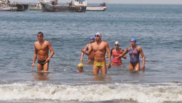 Nadadores tuvieron que ser auxiliados con frazadas y masajes musculares. (Internet/Referencial)