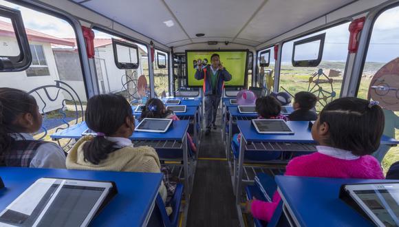 """Espinar. A través de la """"Escuela Móvil"""" y CREE Virtual, miles de niños en zonas rurales pueden acceder a recursos tecnológicos para continuar su educación a distancia."""
