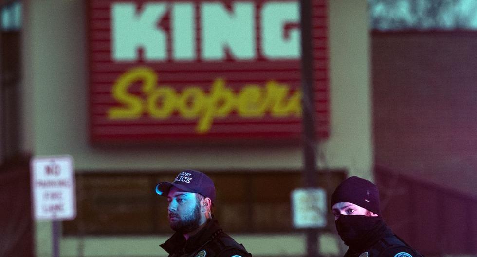 Los oficiales de policía se paran afuera del estacionamiento de la tienda de comestibles King Soopers en Boulder, Colorado, el 22 de marzo de 2021 después de los informes de un tirador activo. (Jason Connolly / AFP).